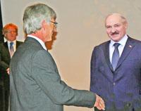 Der Ahrensburgs Bürgermeister Michael Sarach begrüßt herzlich Alexander Lukaschenkow, Diktator aus Weißrussland (Fotomontage!)