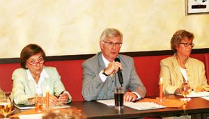 Bürgermeister Michael Sarach inmitten von Christa Werner (links) und Georgia Wahl