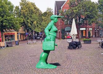 Heute früh auf dem Rondeel: Eine Grünfrau seht dort, wo gestern noch der Blaumann stand!