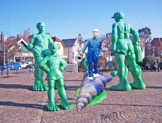 Umgezogen: Der Blauman von Ahrensburg steht nun vor dem Bahnhof von Westerland auf Sylt!