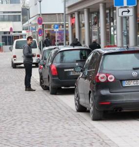 """Rathausstraße: Kostenfreies Parken auf dem sogenannten """"Behinderten-Gehweg"""""""