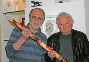 Karl-Heinz Schönfeld (rechts) bekam einen Bleistift, mit dem er noch lange, lange zeichnen kann. (Foto: Christa Schönfeld)