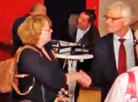 Monika Veeh: Handschlag mit ihrem Partner Michael Sarach, Vorstandsvorsitzender der Stadtwerke Ahrensburg