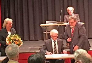 Alter und neuer Bürgermeister: Michael Sarach wurde gestern in seinem Amt bestätigt und vereidigt.