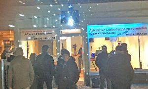 Die Idee der Nacht: Martin Hoefling (ahrensburgTV) sorgte mit Axel Zwingenberger in einem Laden in der Rathausstraße für das Highlight der Nacht!